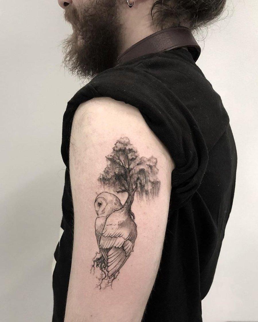 Tatuaje de búho realizado en el brazo por rodrigo Roji