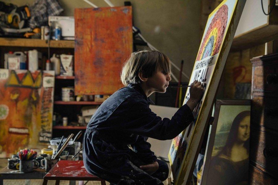 Rollo Jensen pintando las obras para recaudar fondos