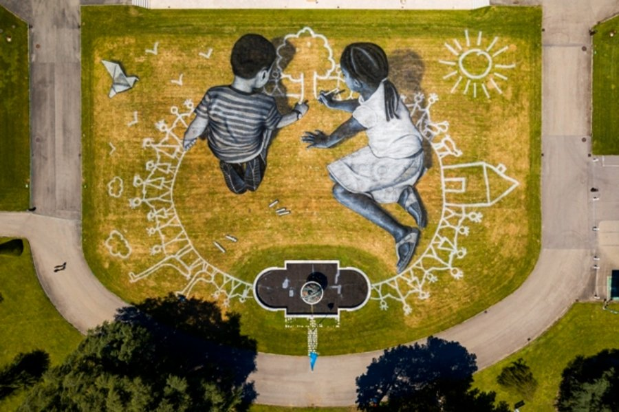 Two children drawing the ideal world: the murals for the month of July