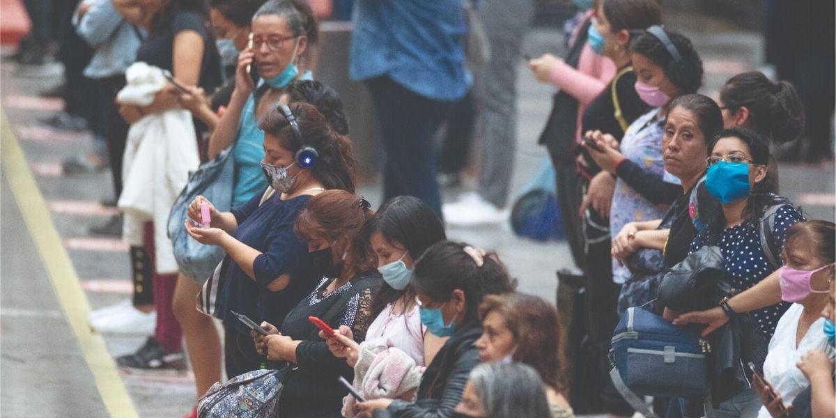 Mujeres con cubrebocas por COVID-19 en Metro Pantitlán de la Ciudad de México