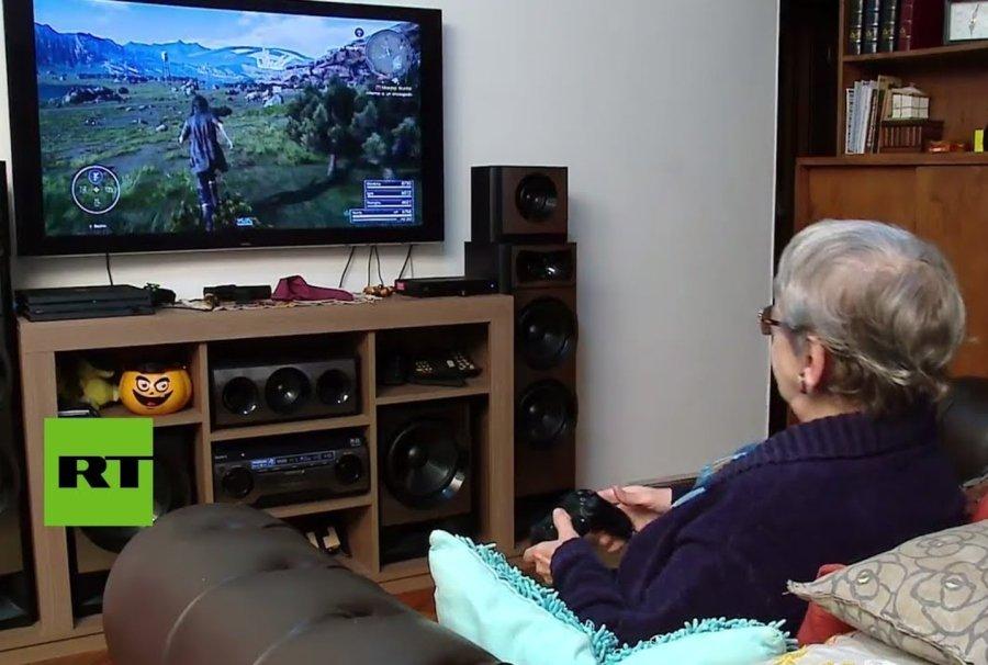 Abuelita jugando videojuegos sentada en un sillón