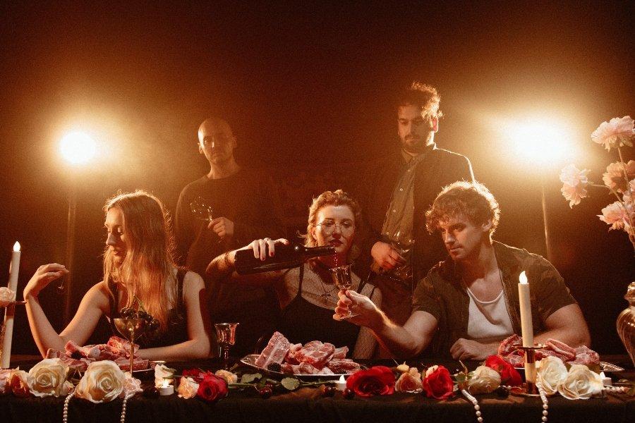 Banda Droves durante la grabación de su última canción Cannibals