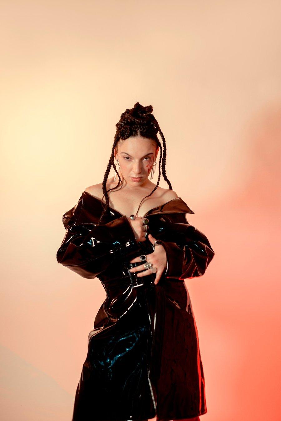Retrato de la cantante Mercedes, quien está estrenando su sencillo Ejército