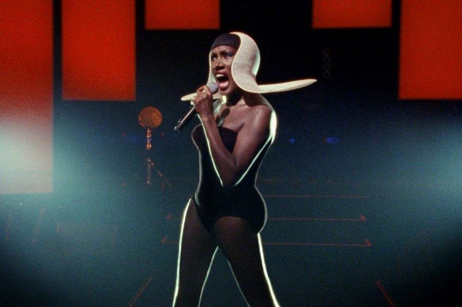 Grace Jones cantando sobre el escenario