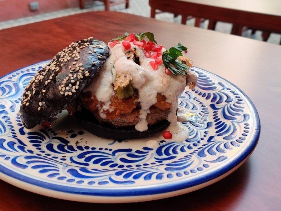 Hamburguesa de chiles en nogada