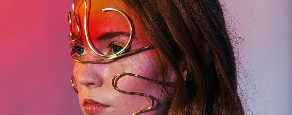 Joyería escultórica para el cuerpo de Laura Estrada