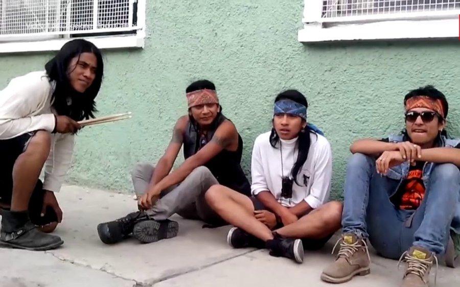 La banda sentada en el piso