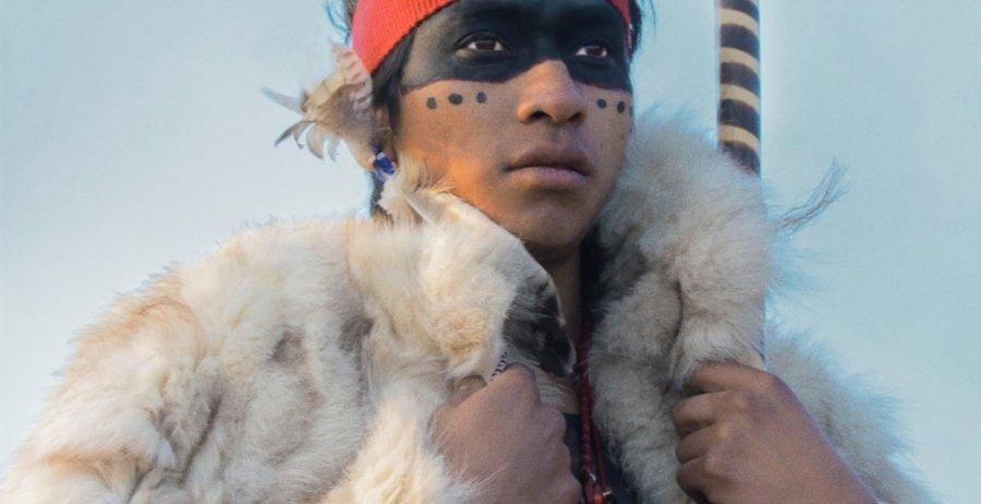 Niño portando indumentaria de motivos indígenas