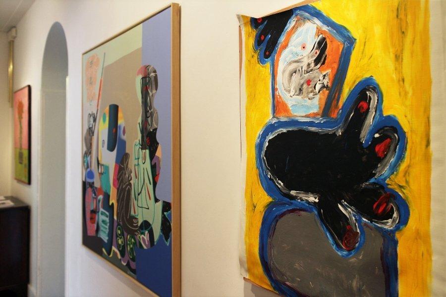 "Sala de exposiciones Marian Cramer Projects con obras de la muestra ""DontGiveADamns"""