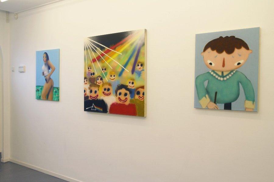 """Sala de exposiciones con obras de la muestra """"DontGiveADamns"""""""
