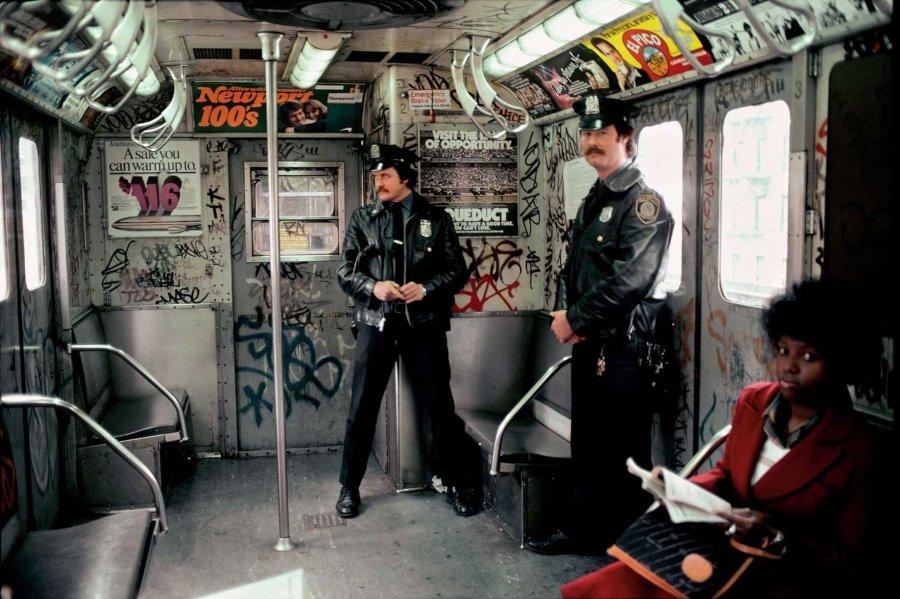 Policías en el metro de Nueva York por Martha Cooper