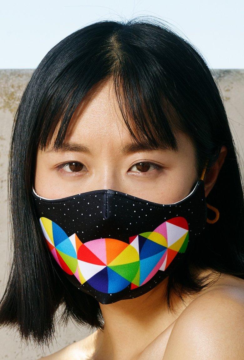 Okuda crea cubrebocas en colaboración con Sabrina Lázaro
