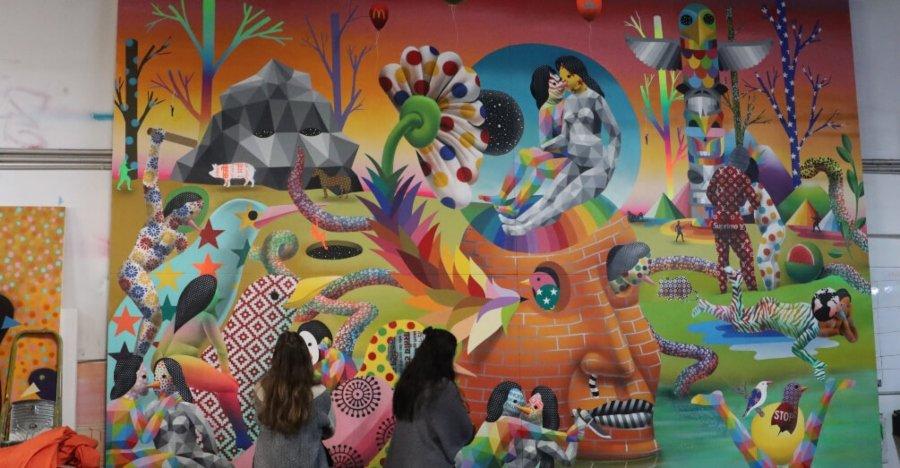 Dos mujeres frente a mural de Okuda