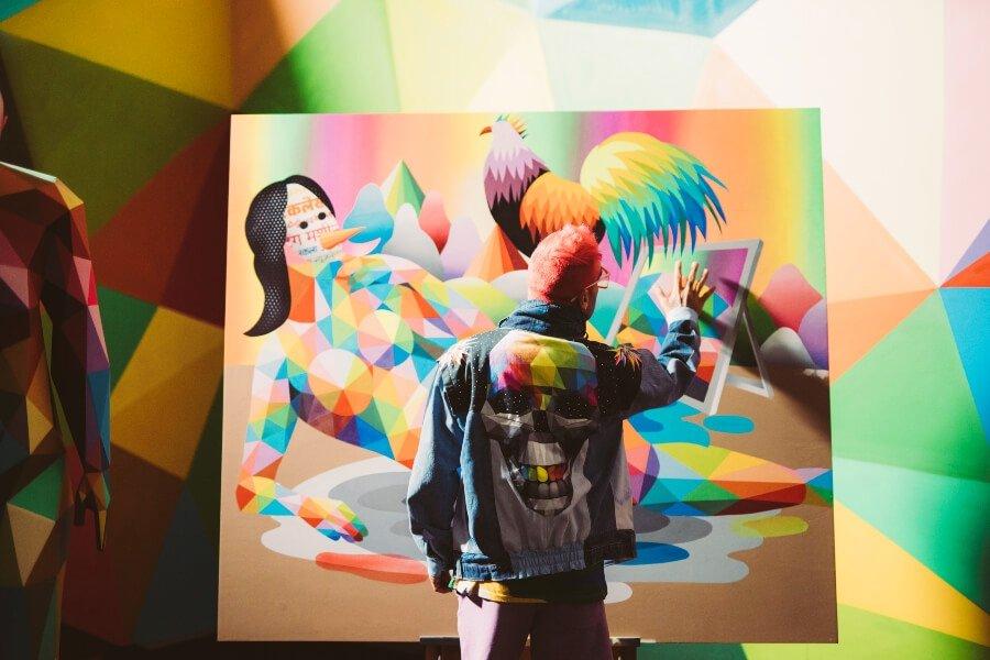 El artista español pintando un mural