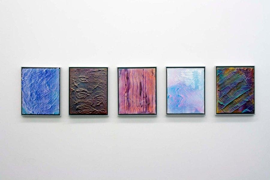 Cuadros montados en exposición de Alan Sastre