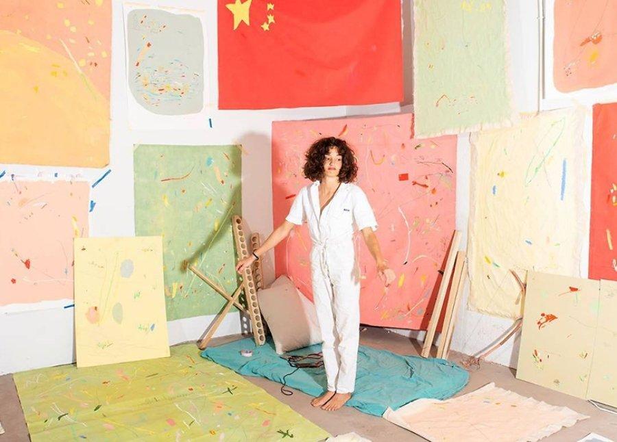 Clara Cebrian en sala junto a sus obras