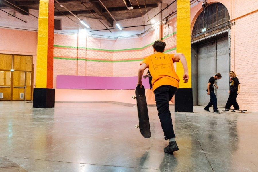 Skater patinando en el centro cultural La Condition Publique
