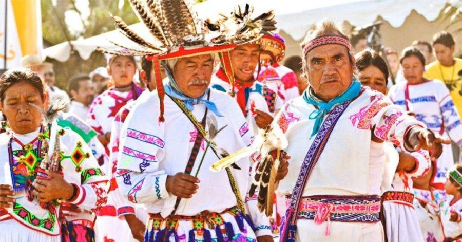 Feria de las Lenguas Indígenas Nacionales / hombres wirarika con trajes típicos