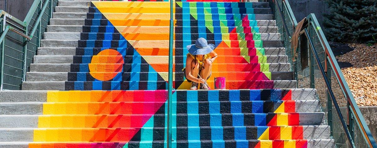 Jessie y Katey crean mural en forma de telar