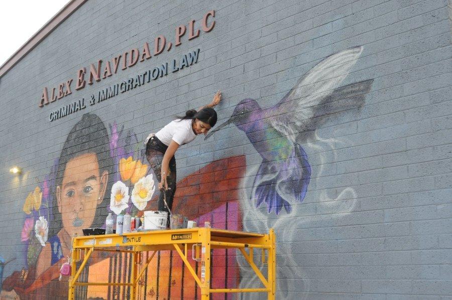 Lucinda Yrene La Morena pintando mural