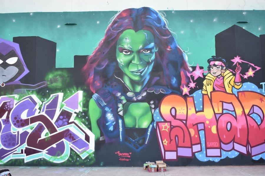 Mural de superheroína por Sana