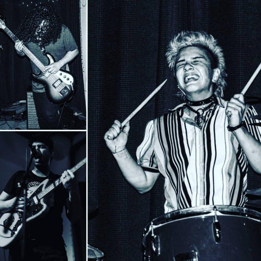 Retrato de Nader Islam on los músicos que lo acompañan en vivo con Nadu