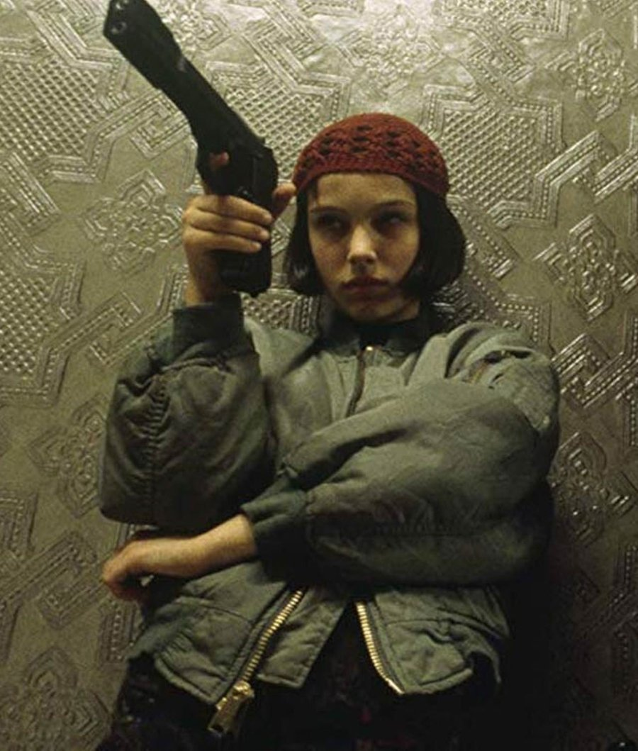 Mathilda sosteniendo un arma en la mano