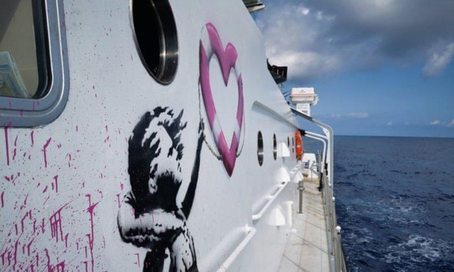 Niña con salvavidas en forma de corazón por Banksy