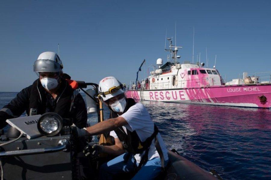 Guardacostas rescatando a migrantes