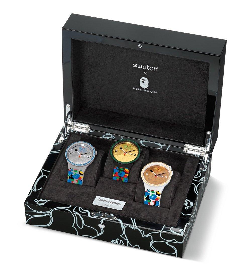 Caja con los tres relojes de la nueva colección colaborativa de Swatch y Bape