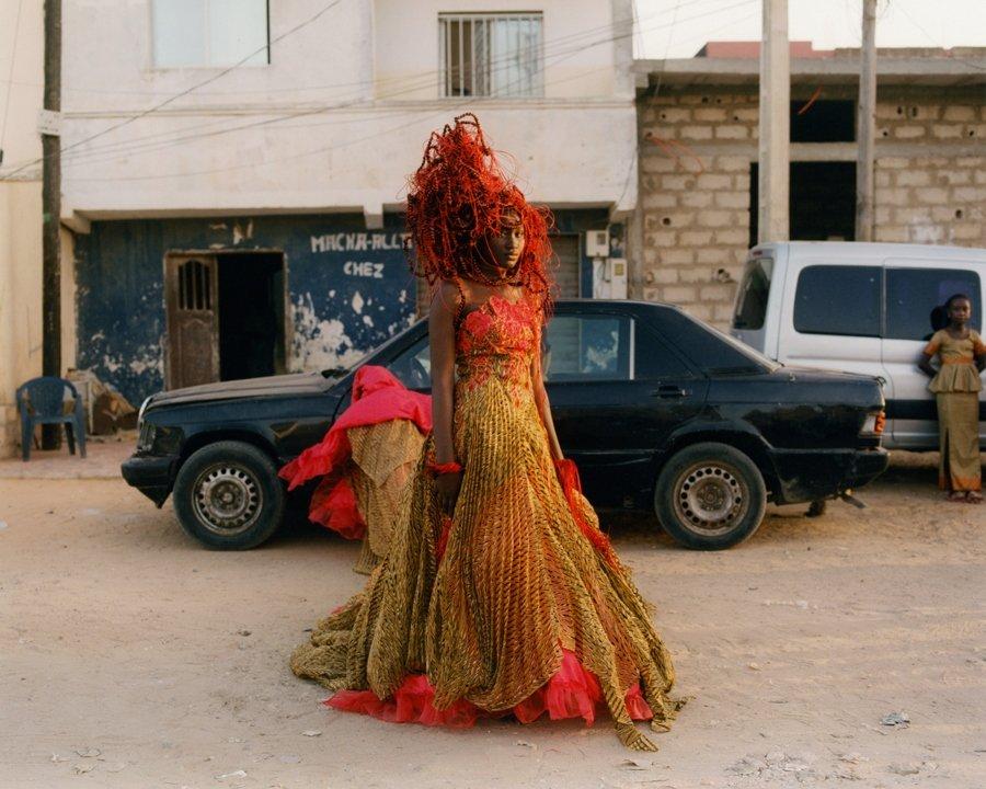 Modelo portando un diseño de Oumou Sy