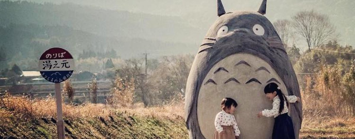 Totoro de tamaño real llega a parada de autobús