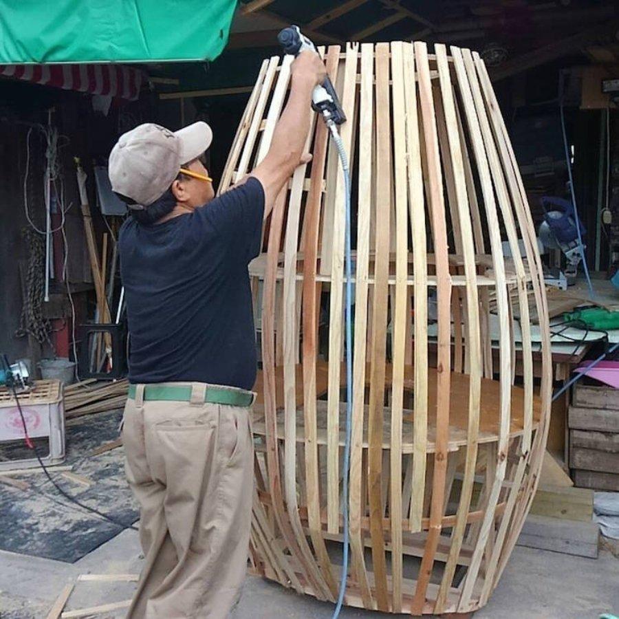 Abuelitos construyendo escultura de Totoro