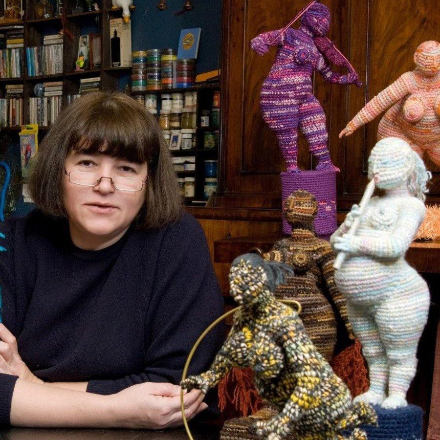 Yulia Ustinova junto a sus esculturas de crochet