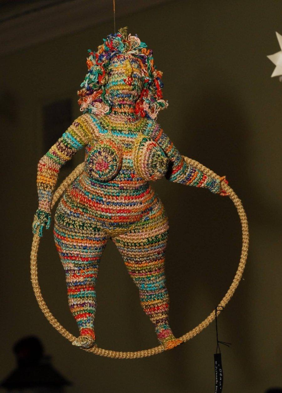 Mujer con aro ula, bordada con crochet por Yulia Ustinova