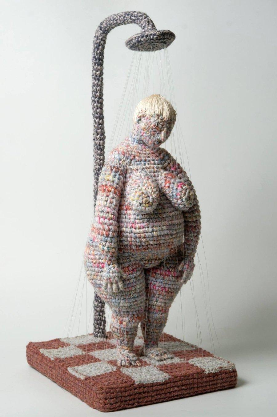 mujer posando sentada, bordada con crochet por Yulia Ustinova