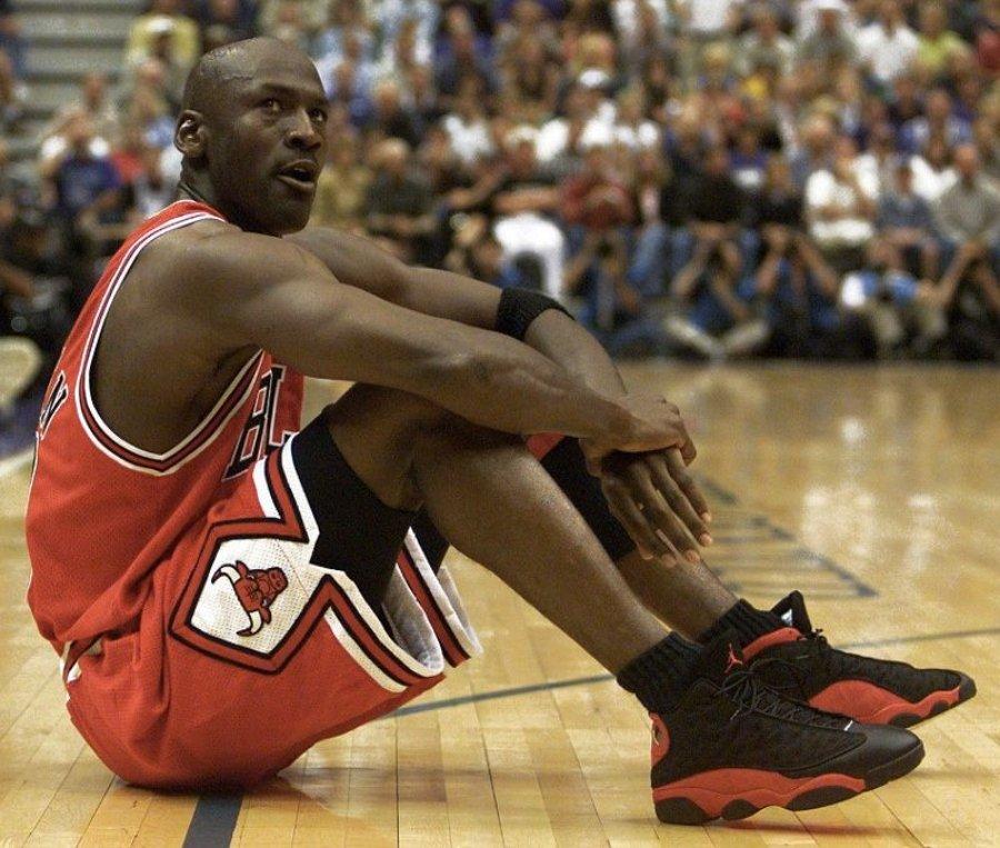Michael jordan descansando en un partido de baloncesto