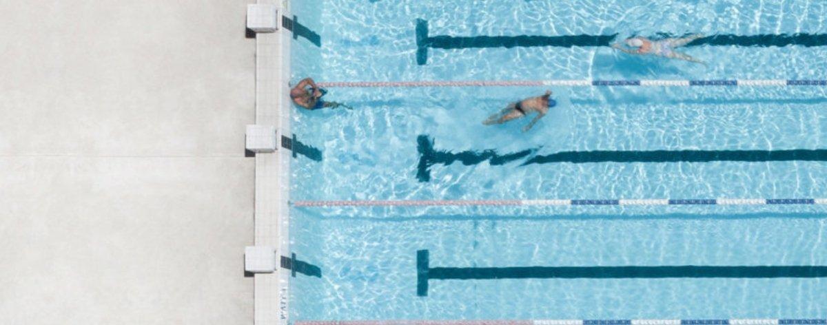 Brad Walls hace fotos aéreas de piscinas y su gente