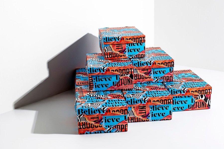 El artista sueco creó cajas tipográficas para sneakers