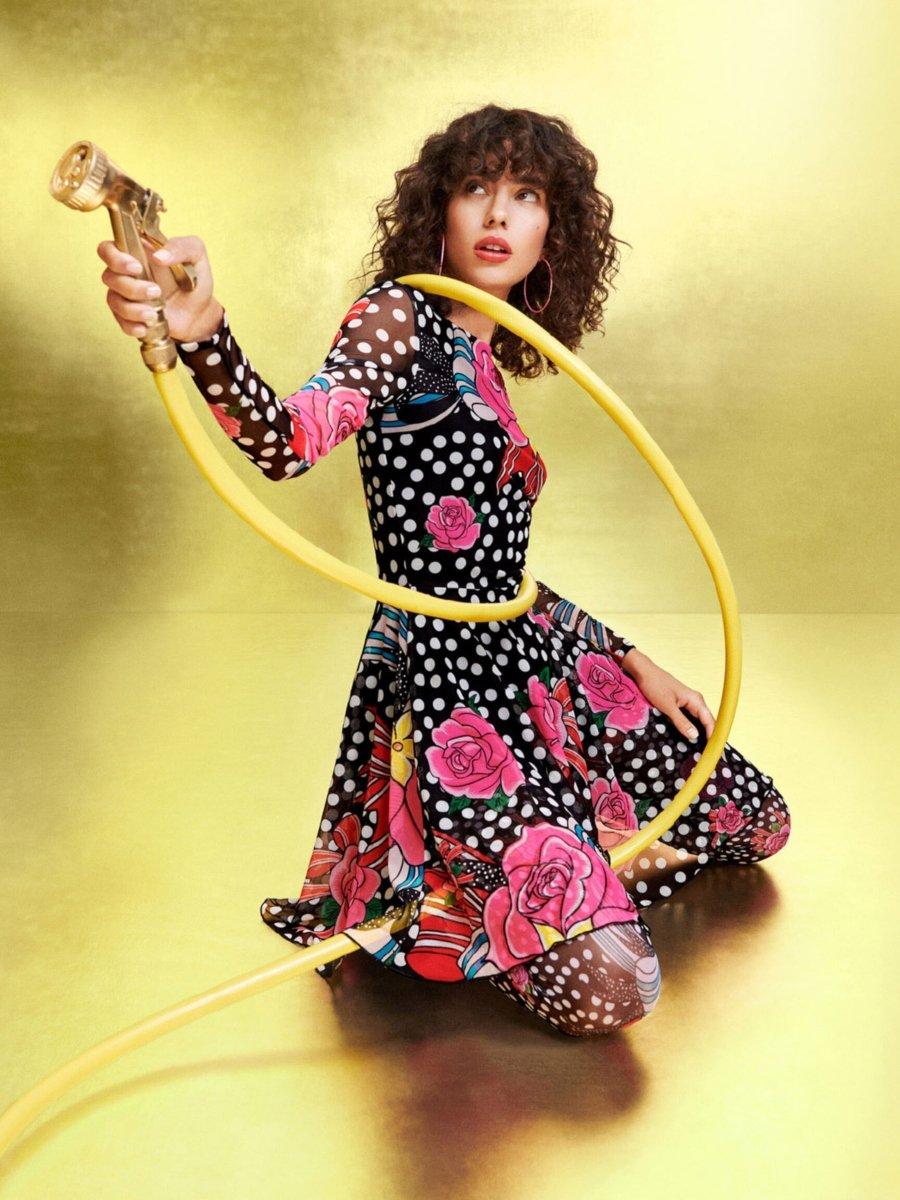 Vestido de flores y anime, parte de la colección de Desigual y María Escoté