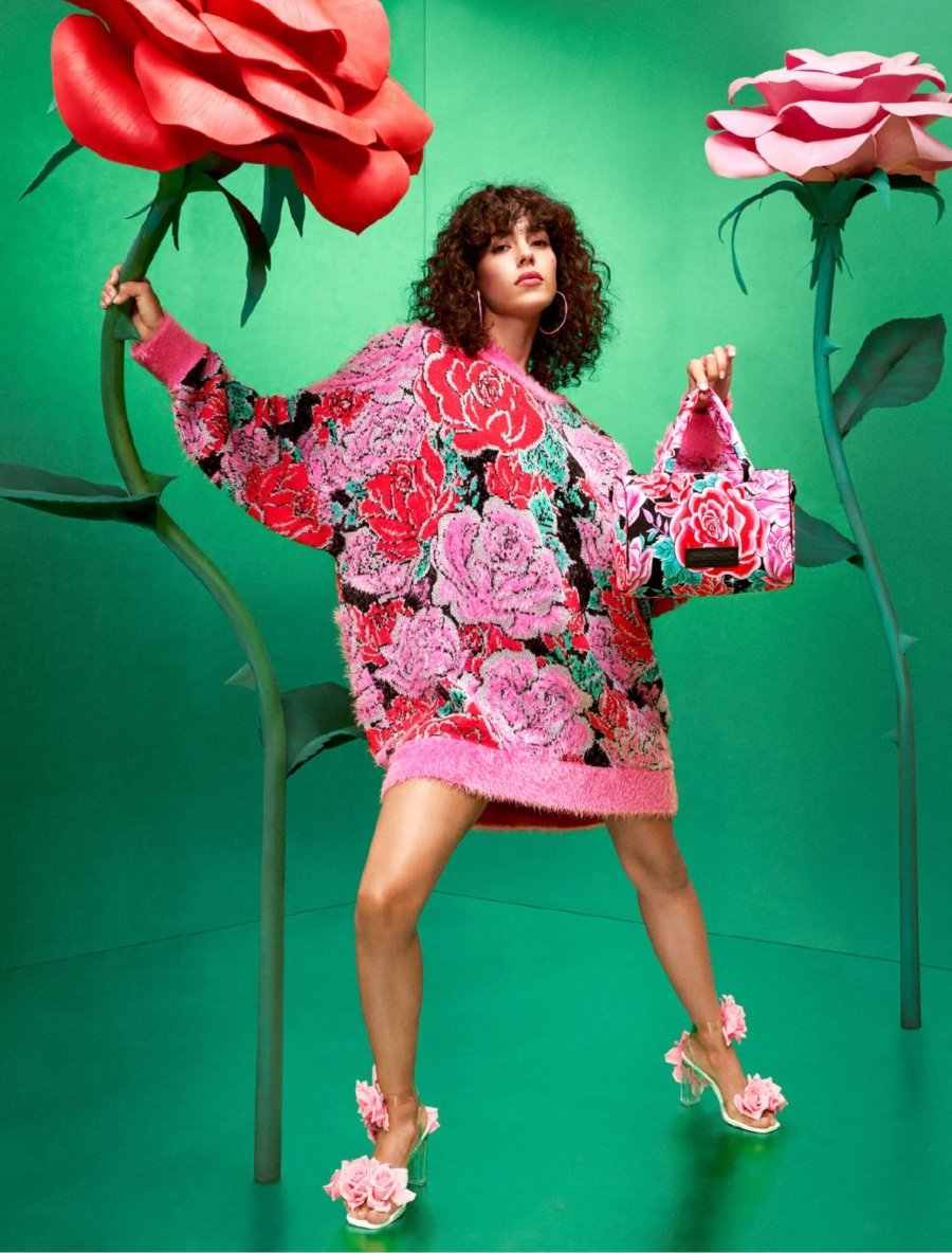 Suéter floral y anime, parte de la colección de Desigual y María Escoté