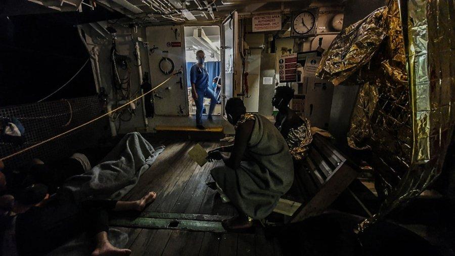 Migrantes siedo rescatados del barco financiado por Banksy