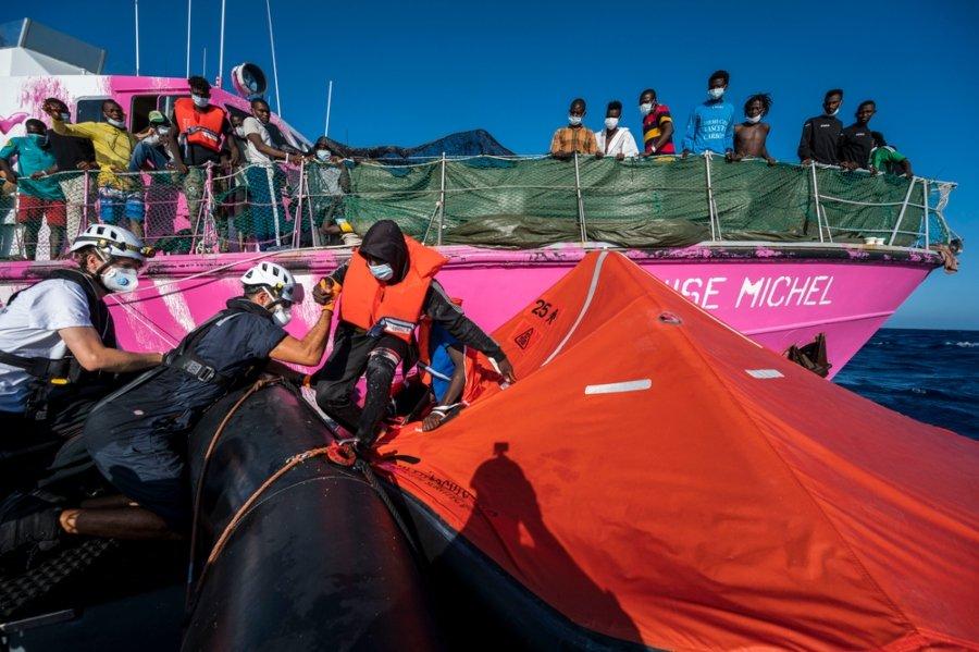 El Louise Michael con migrantes siendo rescatados