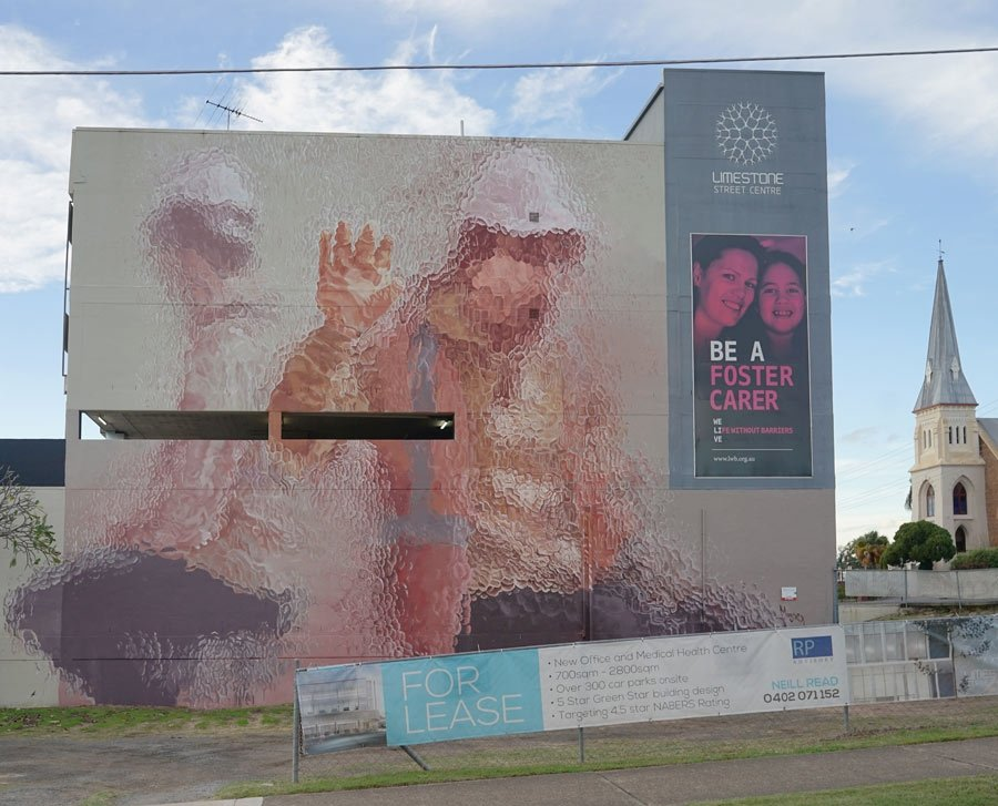 """Two figures behind Glass"" mural por Fintan Magee"