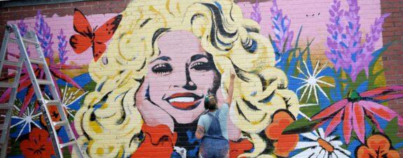 Kim Radford y su nuevo mural con Dolly Parton #BLM