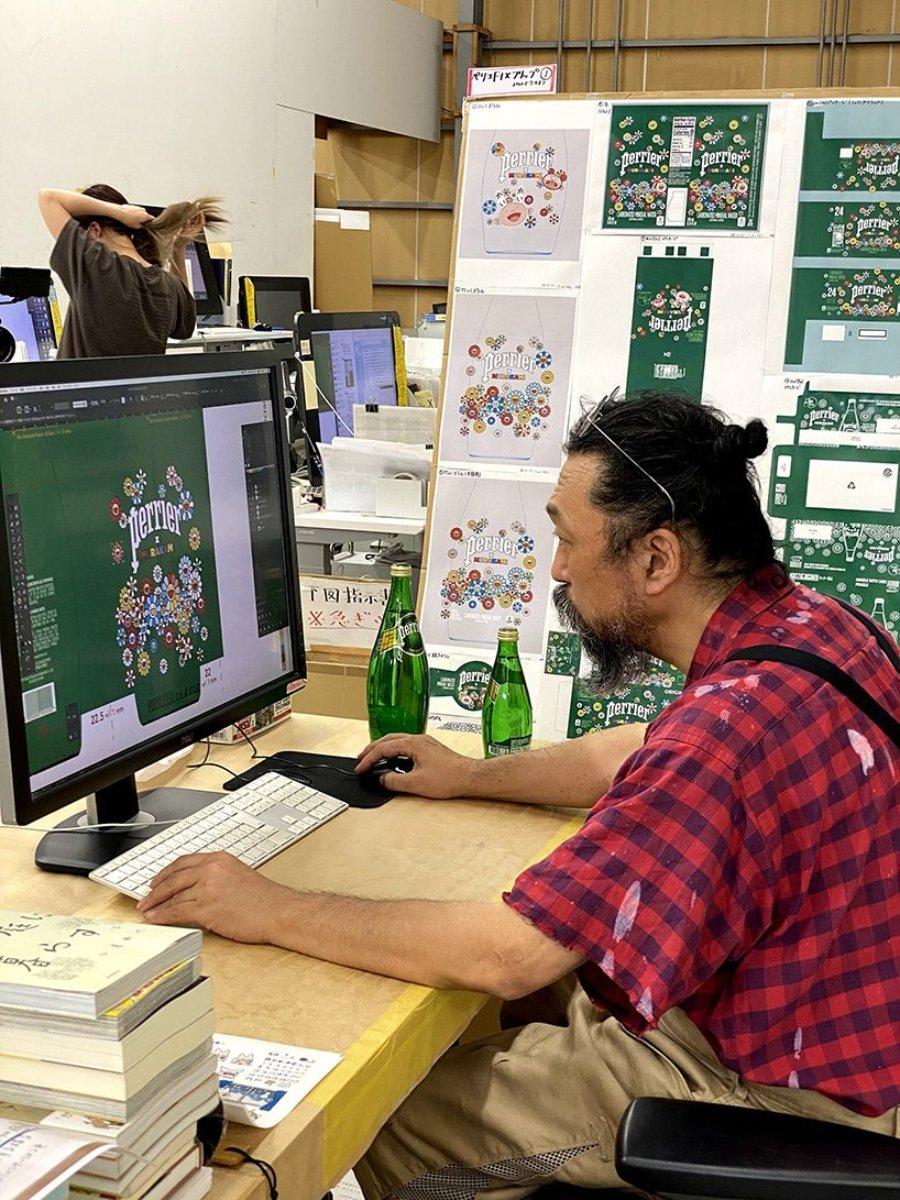 Takashi Murakami diseñando en su ordenador