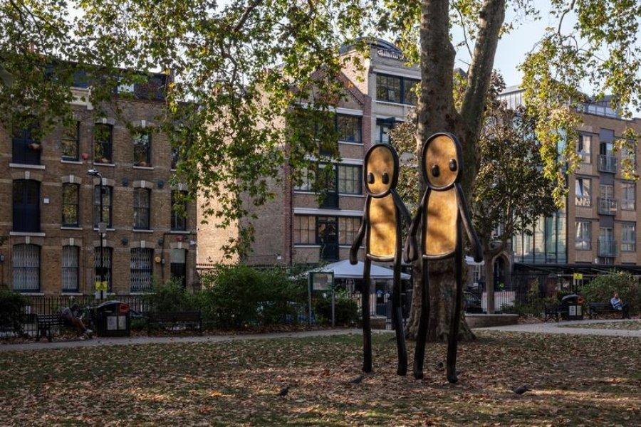 """Escultura """"Holding Hands"""" por STIK"""
