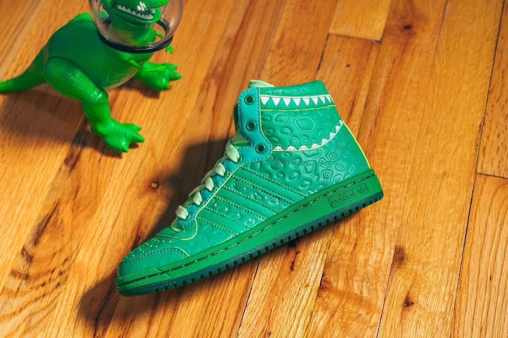 Adidas color verde con textura de dinosaurio, perteneciente a la colección basada en Toy Story de Adidas y Pixar