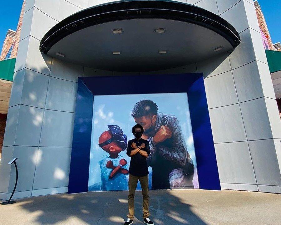 Mural en homenaje a Chadwick Boseman en Disneyland