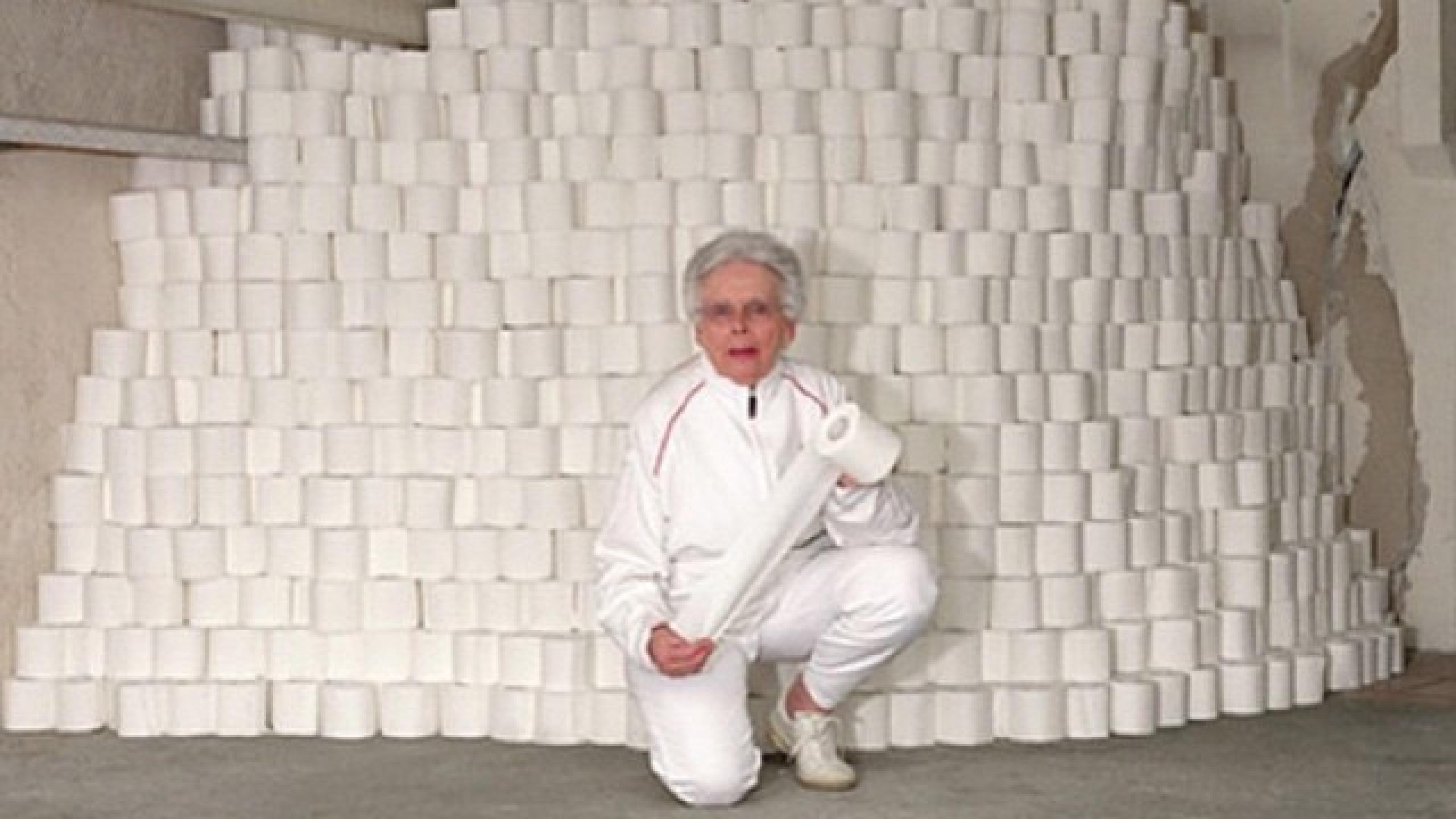Meme de señora con varios rollos de papel higiénico detrás de ella